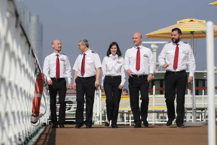 5 Menschen am Schiff