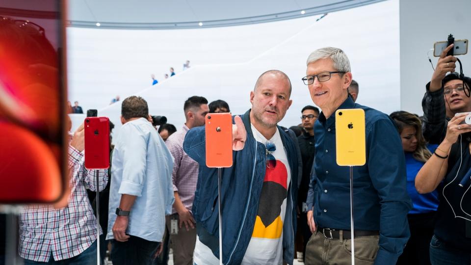 Jony Ive und Tim Cook bei der Vorstellung des iPhone XR im September 2018