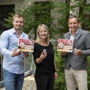Lukas Berger und Julia Maiss von 1000things mit Gerhard Schaller von der Heidi Chocolat AG