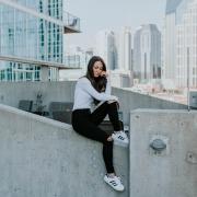Frau trägt Adidas Schuhe