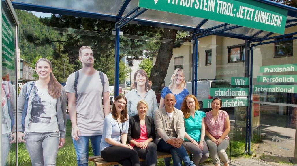 Am Foto: Thomas Frauenschuh mit Vertreterinnen der Abteilung Unternehmenskommunikation und Marketing der FH Kufstein Tirol