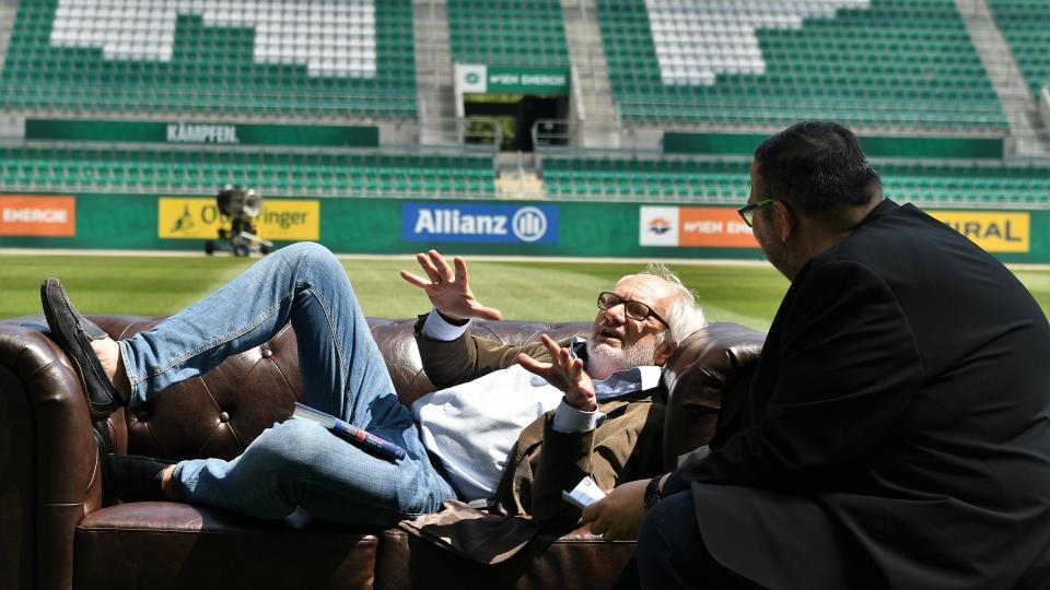Michael Schottenberg wird von Thomas Netopilik im Allianz-Stadion interviewt