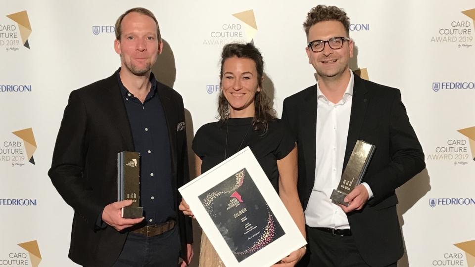 V.l.n.r.: Roman Steiner (Agentur AANDRS), Nicole Urban (Fedrigoni) und Reinhard Schwarzinger (Geschäftsführer Creativ Club Austria) bei dem Card Couture Award